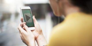 Concepto de la tecnología de la ciudad de la conexión del teléfono móvil de la mujer que espera Imágenes de archivo libres de regalías