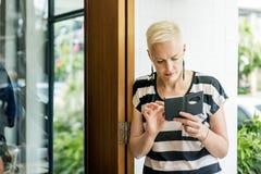 Concepto de la tecnología de la ciudad de la conexión del teléfono móvil de la mujer que espera Foto de archivo libre de regalías