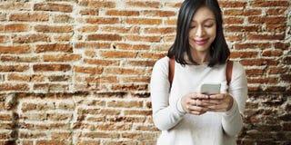Concepto de la tecnología de la conexión del teléfono móvil de la mujer imagen de archivo libre de regalías