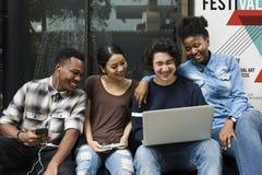 Concepto de la tecnología de la unidad de la amistad de los estudiantes de la gente Foto de archivo libre de regalías