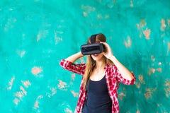 Concepto de la tecnología, de VR, del entretenimiento y de la gente - mujer joven feliz con las auriculares de la realidad virtua Fotos de archivo libres de regalías