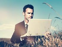 Concepto de la tecnología del campo de Working In The del hombre de negocios imagen de archivo