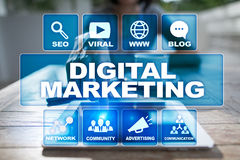Concepto de la tecnología del márketing de Digitaces Internet En línea SEO SMM publicidad Foto de archivo