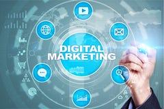 Concepto de la tecnología del márketing de Digitaces Internet En línea SEO SMM publicidad imagen de archivo