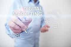 Concepto de la tecnología del márketing de Digitaces Internet En línea Optimización de buscadores SEO SMM publicidad video foto de archivo
