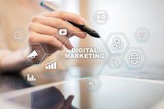 Concepto de la tecnología del márketing de Digitaces Internet En línea Optimización de buscadores SEO SMM publicidad video fotos de archivo libres de regalías