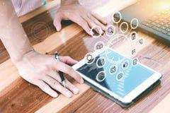 Concepto de la tecnología del negocio, hombres de negocios de las manos del uso de la estafa de la tableta Imagen de archivo