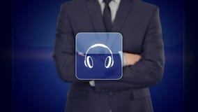 Concepto de la tecnología - el hombre de negocios que presiona los auriculares abotona en las pantallas virtuales libre illustration