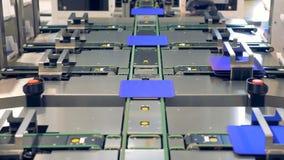 Concepto de la tecnología de la innovación - las placas solares del módulo están siendo diversas bandas transportadoras dirigidas almacen de video