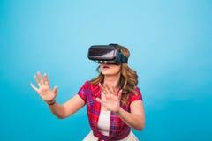 Concepto de la tecnología, de la realidad virtual, del entretenimiento y de la gente - mujer joven feliz con las auriculares de l Imágenes de archivo libres de regalías