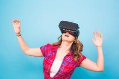 Concepto de la tecnología, de la realidad virtual, del entretenimiento y de la gente - mujer joven feliz con las auriculares de l Imagen de archivo libre de regalías