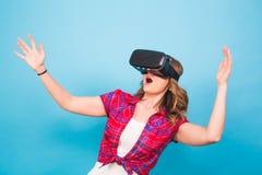 Concepto de la tecnología, de la realidad virtual, del entretenimiento y de la gente - mujer joven feliz con las auriculares de l Fotografía de archivo libre de regalías