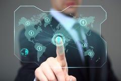 Concepto de la tecnología y de Internet - hombre de negocios que presiona el botón en las pantallas virtuales Fotografía de archivo