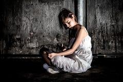 Concepto de la tenencia ilícita de drogas , overdose el syrin femenino asiático del uso del drogadicto Fotografía de archivo libre de regalías