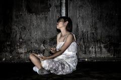Concepto de la tenencia ilícita de drogas , overdose el syrin femenino asiático del uso del drogadicto Imagen de archivo