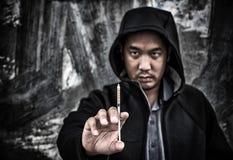 Concepto de la tenencia ilícita de drogas , overdose la mano masculina asiática del drogadicto con d Foto de archivo libre de regalías