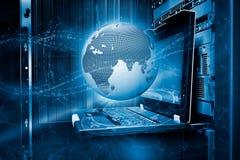 Concepto de la tierra del planeta rodeada por las corrientes digitales de ondas con el holograma en el control terminal del fondo stock de ilustración