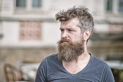 Concepto de la tristeza y de los problemas El hombre con la barba y el bigote parece no fresco El hombre barbudo en cara estricta imagenes de archivo