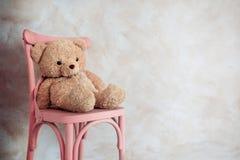 Concepto de la tristeza y de la soledad Teddy Bear Toy Siting Alo solo foto de archivo