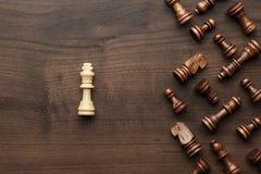 Concepto de la unicidad del ajedrez sobre fondo gris Foto de archivo