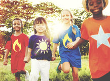 Concepto de la unidad de la felicidad de la niñez de la amistad de los amigos Foto de archivo