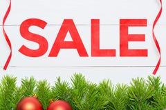 Concepto de la venta de la Navidad Decoración del árbol de abeto en un tablero de madera Imagen de archivo libre de regalías