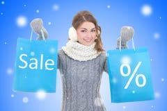 Concepto de la venta - mujer hermosa con los panieres sobre chri de la nieve Foto de archivo