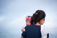 Concepto de la vinculación del día de la madre con el oficio de enfermera recién nacido del bebé La madre está celebrando al bebé Foto de archivo libre de regalías