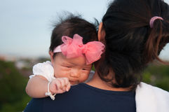 Concepto de la vinculación del día de la madre con el oficio de enfermera recién nacido del bebé La madre está celebrando al bebé Foto de archivo