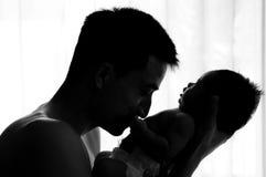 Concepto de la vinculación del día de padre con el oficio de enfermera recién nacido del bebé El padre es que juega y que habla c Fotografía de archivo