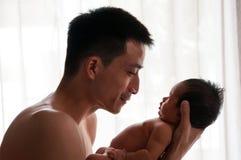 Concepto de la vinculación del día de padre con el oficio de enfermera recién nacido del bebé El padre es que juega y que habla c Fotos de archivo