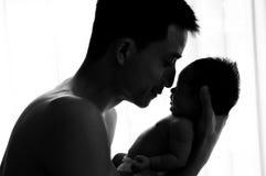 Concepto de la vinculación del día de padre con el oficio de enfermera recién nacido del bebé El padre es que juega y que habla c Foto de archivo