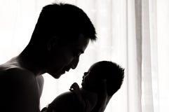 Concepto de la vinculación del día de padre con el oficio de enfermera recién nacido del bebé El padre es que juega y que habla c Fotografía de archivo libre de regalías