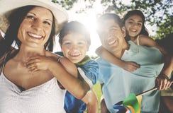 Concepto de la vinculación de la felicidad del pasatiempo de la familia fotografía de archivo