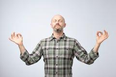 Concepto de la yoga y de la meditación Hombre calvo hermoso con la cerda que mantiene ojos cerrados mientras que medita imágenes de archivo libres de regalías