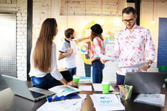 Concepto de lanzamiento de la reunión de reflexión del trabajo en equipo de la diversidad Documento del informe de Team Coworkers Foto de archivo