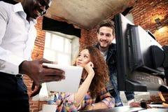 Concepto de lanzamiento de la reunión de reflexión del trabajo en equipo de la diversidad Documento del informe de Team Coworkers Imagen de archivo