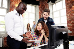 Concepto de lanzamiento de la reunión de reflexión del trabajo en equipo de la diversidad Documento del informe de Team Coworkers Fotografía de archivo