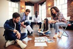 Concepto de lanzamiento de la reunión de reflexión del trabajo en equipo de la diversidad Documento del informe de Team Coworkers Imagen de archivo libre de regalías