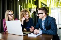 Concepto de lanzamiento de la reunión de reflexión del trabajo en equipo de la diversidad El planeamiento de trabajo de la gente  Imágenes de archivo libres de regalías