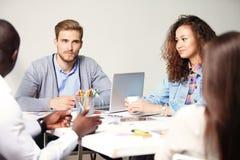 Concepto de lanzamiento de la reunión de reflexión del trabajo en equipo de la diversidad Gráfico del ordenador portátil de Team  Imagenes de archivo
