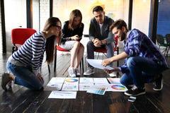 Concepto de lanzamiento de la reunión de reflexión del trabajo en equipo de la diversidad Ordenador portátil de Team Coworker Glo Fotografía de archivo libre de regalías