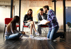 Concepto de lanzamiento de la reunión de reflexión del trabajo en equipo de la diversidad Ordenador portátil de Team Coworker Glo Imagen de archivo