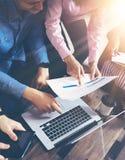 Concepto de lanzamiento de la reunión de reflexión del trabajo en equipo de la diversidad Ordenador portátil de Team Coworkers Gl Fotografía de archivo libre de regalías
