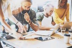 Concepto de lanzamiento de la reunión de reflexión del trabajo en equipo de la diversidad Documento del informe de Team Coworkers Imágenes de archivo libres de regalías