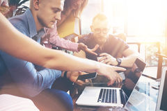 Concepto de lanzamiento de la reunión de reflexión del trabajo en equipo de la diversidad Ordenador portátil de Team Coworkers Gl Fotos de archivo libres de regalías
