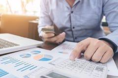 Concepto de las actividades bancarias de la contabilidad del financiamiento del negocio, hombre de negocios usando Fotos de archivo