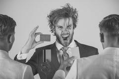 Concepto de las actividades bancarias y del ahorro Sirva el grito con la cara emocionada con la tarjeta azul a disposición Foto de archivo