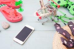 Concepto de las compras del verano, teléfono móvil, accesorios del ` s de la mujer en sh Foto de archivo libre de regalías