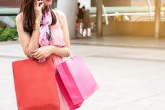 Concepto de las compras de la moda: sonrisa hermosa de las mujeres del adolescente sin llamar Fotografía de archivo libre de regalías